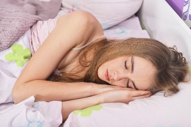 寝ている外国人女性