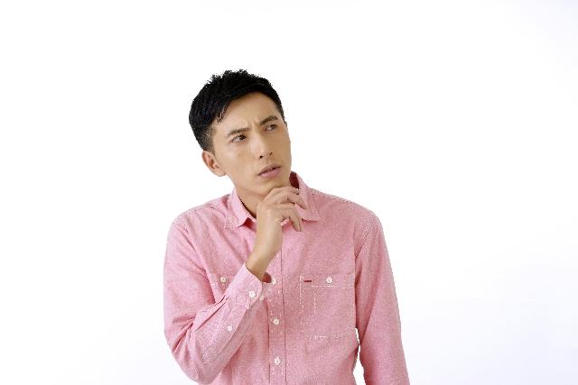 口臭に効く食べ物を考える男性
