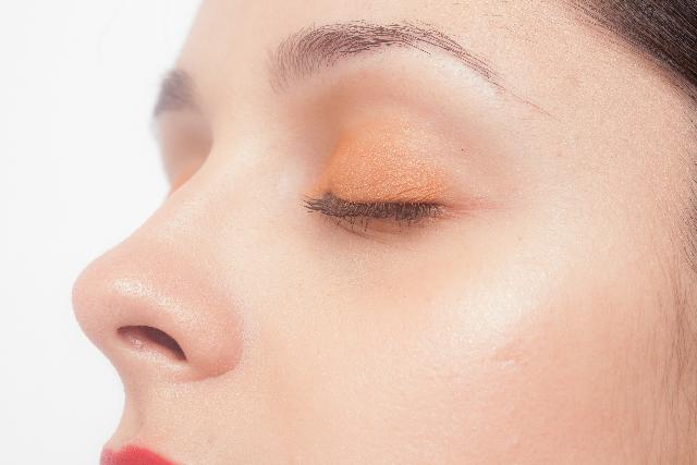 鼻で深呼吸する女性