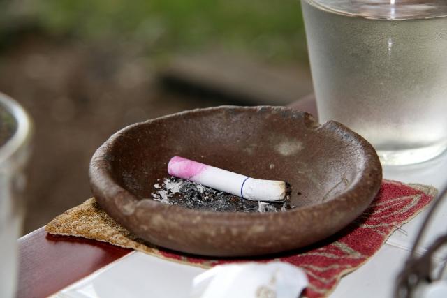 口紅のついたタバコ