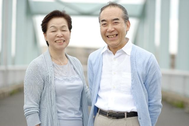 喜ぶ老夫婦