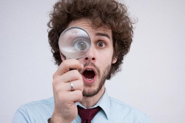 虫眼鏡の驚く外国人