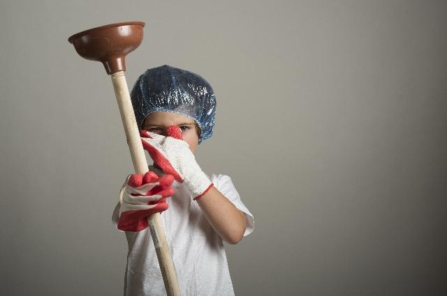 トイレを掃除する少年