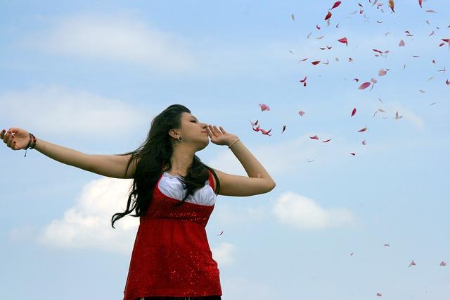 薔薇を吹く女性