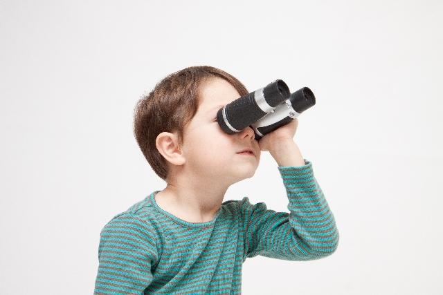 望遠鏡を持つ少年