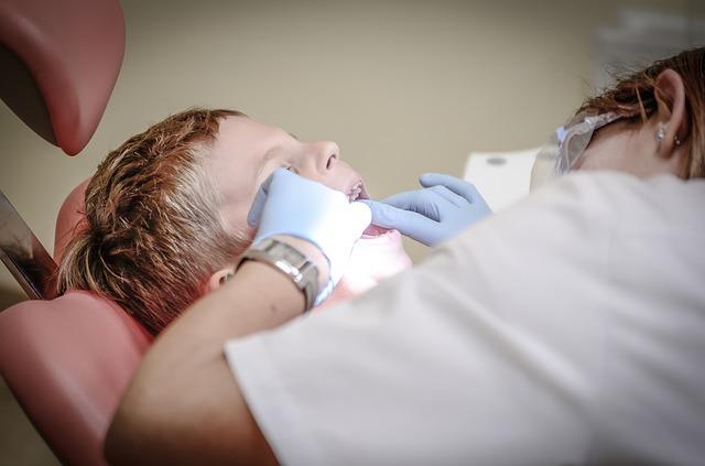 虫歯の治療をする男性